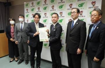 【鈴木知事(右から3人目)に要望書を手渡す新政みえの県議ら=三重県庁で】