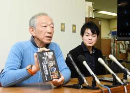 被災高齢者と震災障害者の肉声をまとめた映像集を作った牧秀一さん(左)=神戸市役所
