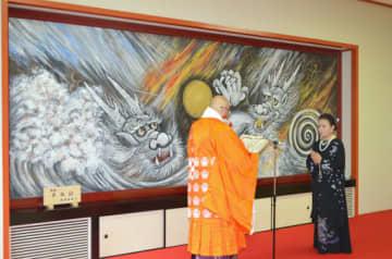 桶屋燈主(左)から感謝状を渡される浜田珠鳳さん=31日、大阪市鶴見区
