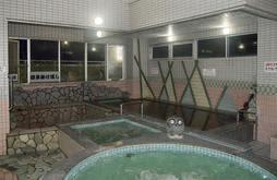 温度がそれぞれ違う、朝日温泉の5種類の浴槽=神戸市兵庫区永沢町2(佐々木勝司さん提供)