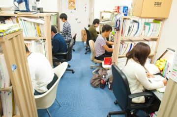 学生寮で勉強する6年生の学生(自治医大提供)