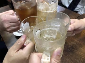 楽しい飲み会も今は…(イメージ)