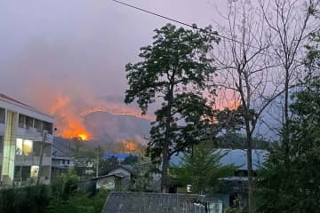 The wildfire, as seen from Mae Wong district town, burning out of control in forest in  Mae Wong National Park, Nakhon Sawan province, on Tuesday. (Photo: Chalit Poomruang)