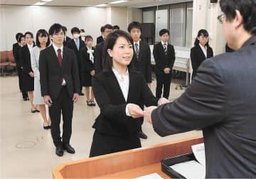 辞令を受け取る仙台市青葉区配属の新規採用職員。感染を防ぐため、辞令交付式は配属先ごとに行われた
