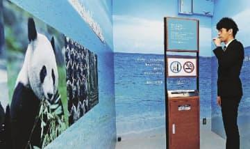 壁紙を一新して加熱式たばこ専用にした喫煙室(和歌山県白浜町の南紀白浜空港で)