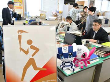 聖火リレーのポスターなどが飾られた県県民文化スポーツ課では関係機関との電話対応に追われた=県庁