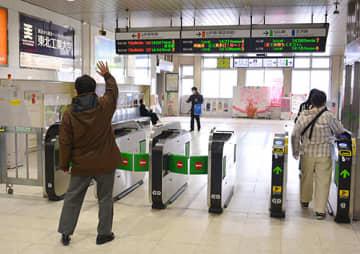 人影がまばらな改札口で、旅立ちを見送る姿も見られた=27日午後1時56分、JR山形駅