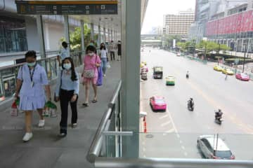 Bangkok's usually busy Ratchaprasong shopping area had few people and fewer cars on Tuesday, as people stayed home. (Photo: Wichan Charoenkiatpakul)