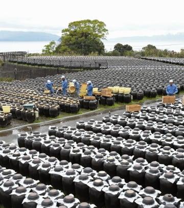 黒酢造りの老舗「坂元醸造」で始まった春の仕込み作業=1日、鹿児島県霧島市