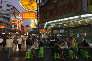 All shops in Bangkok, including roadside food shops, must close from midnight to 5am. (Bangkok Post photo)