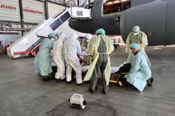 患者を搬送する医療隊員ら。ドイツ空軍のツイッターより(共同)