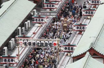 浅草神社の三社祭でにぎわう仲見世商店街=2019年5月、東京都台東区