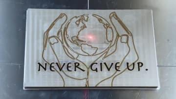 """""""町工場の技術力""""で発信…今こそ「NEVER GIVE UP」レーザーで彫られた文字が響く 画像"""
