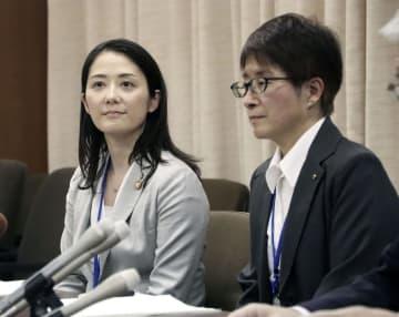 兵庫県明石市に任期付きで採用され、記者会見する増原裕子さん(左)と高橋朗さん=1日午後