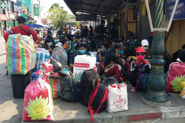 Cambodian workers are seen stranded at the border checkpoint in Aranyaprathet district, Sa Kaeo province, on March 23. (Photo: Sawat Ketngam)