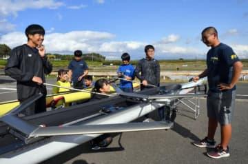 部活動が再開した高鍋高ボート部。練習前の点検でも笑みがこぼれる=新富町・富田浜漕艇場