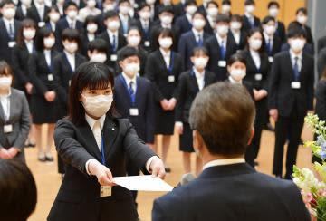 知事から辞令交付を受ける石川紗衣さん。出席者全員がマスク姿だった=1日午前、県庁、菊地克仁撮影