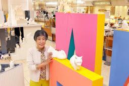 自身の作品を紹介する安藤庸子さん=加古川ヤマトヤシキ