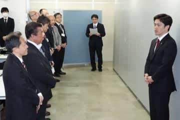 スマートシティ戦略部の発足式で、職員に訓示する吉村知事(右)=1日、府庁