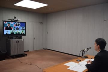 森田知事や熊谷千葉市長(右)が参加した9都県市の緊急テレビ会議=1日、千葉市役所