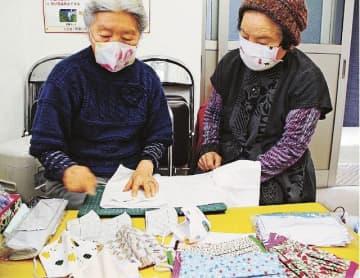 マスク作りを通じて知り合い、互いの作り方を紹介し合う山口澤子さん(右)と井出千歳さん=和歌山県印南町印南で