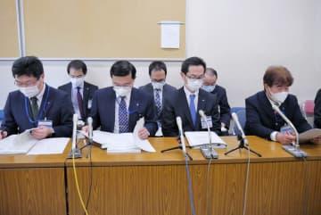 新たな感染者について会見する横浜市の担当者=市役所