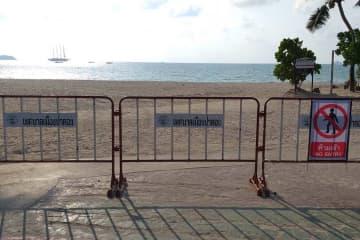 A barrier blocks access to Patong beach, in Phuket, on Thursday. (Photo by Achadtaya Chuenniran)