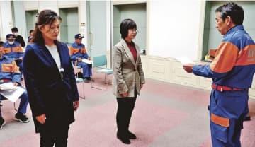 女性消防団員として辞令を受ける栗山和歌子さん(左)と下野栄さん=1日、和歌山県みなべ町芝で