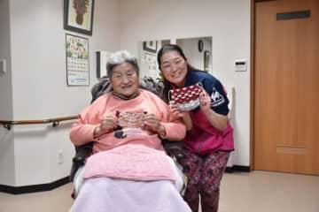 入所者の宇佐元成子さん(左)に手作りの布マスクを贈った河野己佳さん