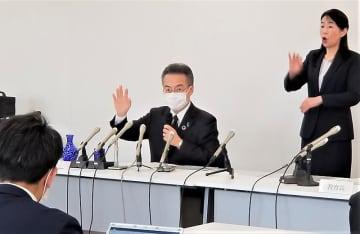 新型コロナウイルスの感染症対策について記者会見する福井県の杉本達治知事=4月2日、福井県庁