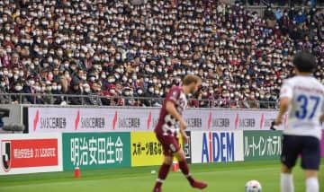 マスク姿のサポーターが観戦した2月23日の神戸対横浜FCの開幕戦。その後、リーグは休止となった