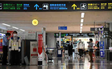 人影がまばらな宮崎空港。仕事や引っ越しで東京や大阪へと向かう人たちの姿もあった=2日午後、宮崎市