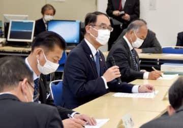 新型コロナウイルス対策本部会議に出席した大野元裕知事=2日、県危機管理防災センター