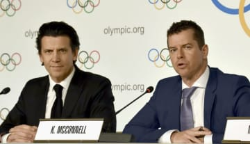 昨年12月、ローザンヌで記者会見したIOCのデュビ五輪統括部長(左)とマコネル競技部長(共同)