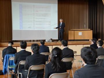 研修会で早川三根夫教育長の講話に耳を傾ける参加者=岐阜市芥見南山、市教育研究所