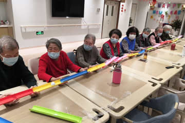 Seniors play a game at a community for the elderly in Tianjin. [Photo provided to China Daily]