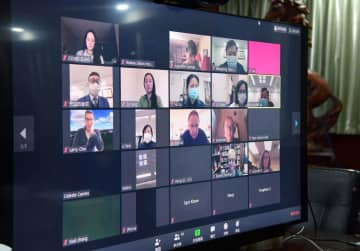 Medical experts in Wuhan, the capital of China's Hubei province, talk with their counterparts at the State University of New York (SUNY) Upstate Medical University in Syracuse via video conference over the weekend. [Photo provided to China Daily]