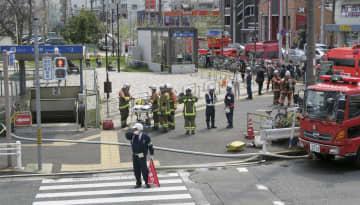 車両下部から煙が出ているのが確認された、名古屋市営地下鉄鶴舞線川名駅の地上出入り口(左)周辺=3日午前10時47分、名古屋市