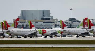 リスボンの空港に駐機する旅客機(ロイター=共同)