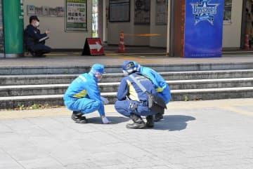 男性が倒れていた現場を調べる県警の捜査員=JR関内駅前