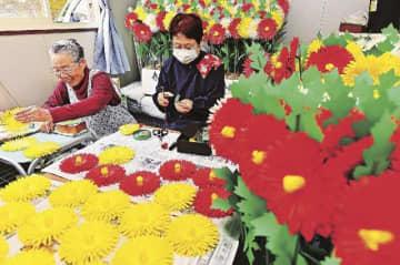 例大祭に向けて挑花作りに取り組む女性たち(3日、和歌山県田辺市本宮町渡瀬で)