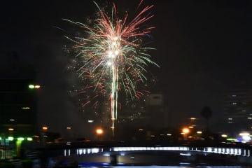 川面を彩る徳島ひょうたん島水都祭の花火=2019年7月、徳島市東船場町2で撮影