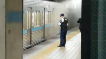地下鉄駅構内で車両から火 煙収まらず 急ぎ地上へ避難