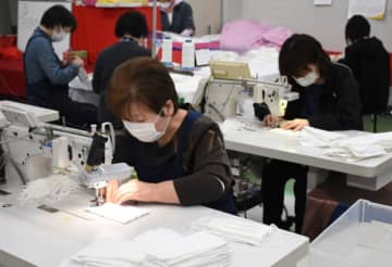 学校に通う地元の子どもたちを思い、丁寧に布マスクを作るハシモトソーイングの従業員=洋野町種市