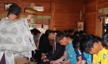 都農神社を訪れたJFC宮崎の選手、スタッフら