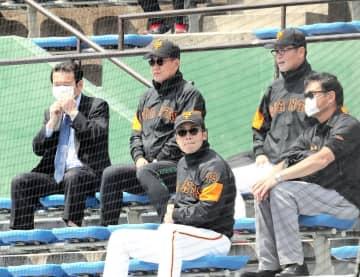 ジャイアンツ球場で2軍対3軍の紅白戦を視察する巨人・原監督と元木ヘッドコーチ(右)(球団提供)