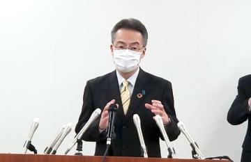 記者会見する福井県の杉本達治知事=4月3日、福井県庁