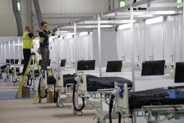 3月31日、ロンドンで建設が進む「ナイチンゲール病院」(AP=共同)