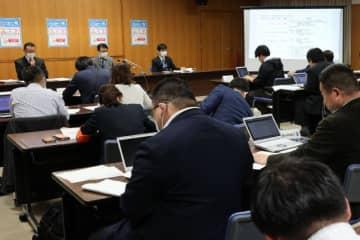宮崎市で新たに3人が新型コロナウィルスに感染したことが確認され、宮崎市役所で開かれた記者会見=3日午後10時33分、宮崎市役所