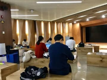 韓国、新型コロナで学校再開見送り史上初のオンライン授業、「教育不平等助長の可能性も」と地元紙